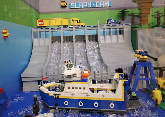 Skip the Line Access to LEGO® Museum in the Centre of Prague: Vízesés, komphajó (4997) háttérben kamion (3221)