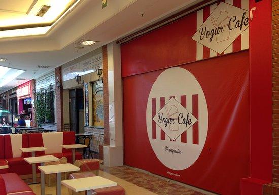 Exterior de uno de los locales Yogur Cafe; Torrejon de Ardoz: Preguntanos como ser franquiciado nuestro. info@yogurcafe.com Dis fruta nos. Yogur Cafe franquicias.