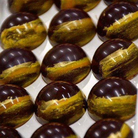 Pasticceria Criollo: Cioccolatini al gianduia e caramello al frutto della passione