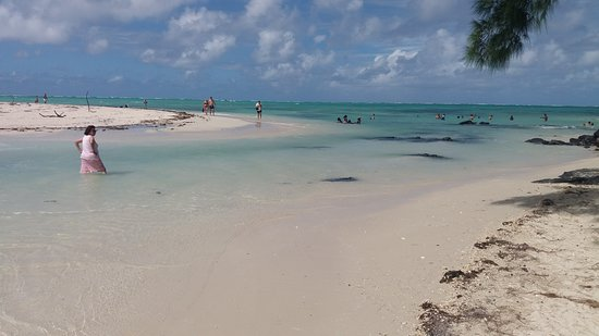 Durch knietiefes Wasser zum nächsten Strand waten