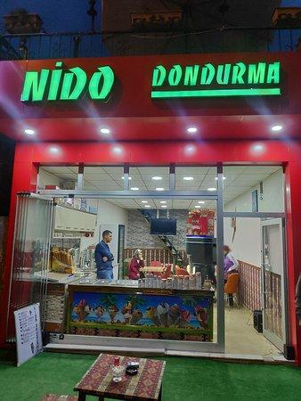 أورجوب, تركيا: Glacier Nido dondurma à Urgüp (Cappadoce). Si vous souhaitez manger des glaces artisanales, avec un accueil chaleureux, à 1.5 TL la boule soit 0.20€ dans un établissement ayant ouvert il y a 5 jours, avec un jeune couple comme gérant. Des vraies bonnes personnes, je vous conseille vivement.
