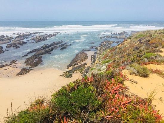 Divoká krása pláže Almograve mne naprosto uchvátila. Objevili jsme ji s mým mužem teprve před dvěma lety a její velkou výhodou je, že není zatím moc známá, takže jsme tady pokaždé téměř sami. Podmanivá krása útesů, nádherné barvy a svěží mořský vzduch, to všechno dotváří relaxační atmosféru pláže Almograve. Najdete ji na jihozápadním pobřeží Portugalska v oblasti Alentejo, která je známá především svým vynikajícím vínem.