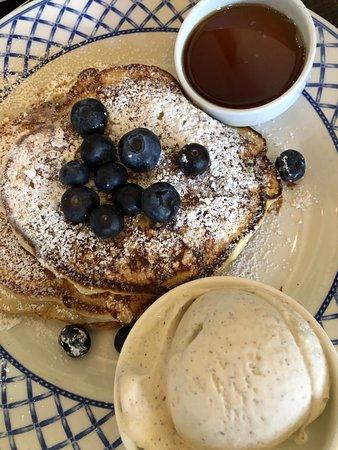 Grato: pancakes with ice cream