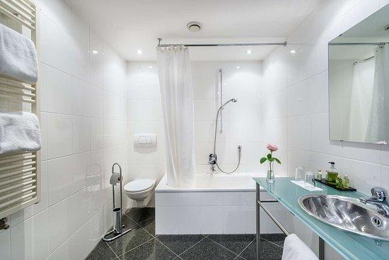 Best Western Hotel Goldenes Rad: Guest room bath