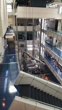 Entrada a Washington D. C. Newseum: Newseum Interior Upper Floors with Stairs
