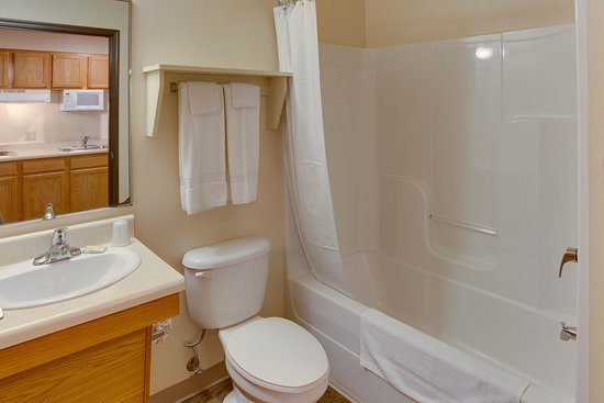 WoodSpring Suites Mobile: Int Double Bathroom Empty