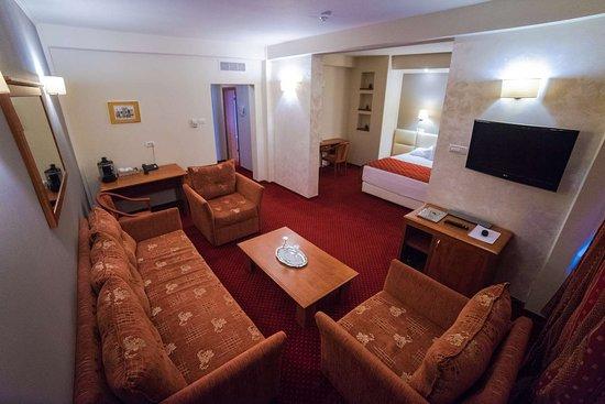 Best Western Plus Lido Hotel: Suite Living Area