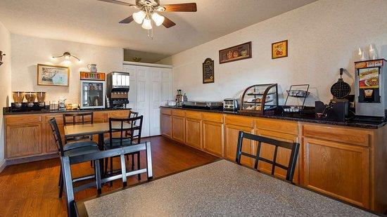 SureStay Plus Hotel by Best Western Berkeley Springs: Breakfast Area