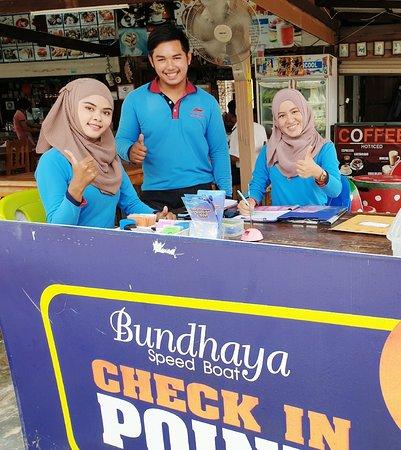Bundhaya Speed Boat: 27-4-2019 ภาพความใส่ใจ การบริการที่ยอดเยี่ยมโดยพนักงานน้องๆรุ่นใหม่ ของ บันดาหยา สปีดโบ๊ท ประจำภาคพื้นสาขาเกาะลันตาครับ♥️