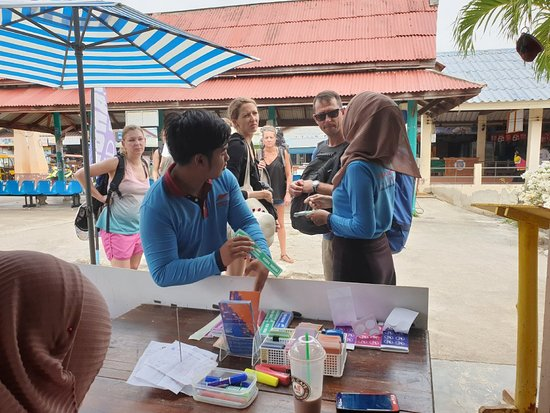 Bundhaya Speed Boat: 27-4-2019. ภาพการบริการที่ประทับใจ ของบันดาหยยา สปีดโบ๊ท สาขาเกาะลันตา ที่มีต่อนักท่องเที่ยว สร้างรอยยิ้มและความประทับใจเสมอ ขอบคุณ🥇