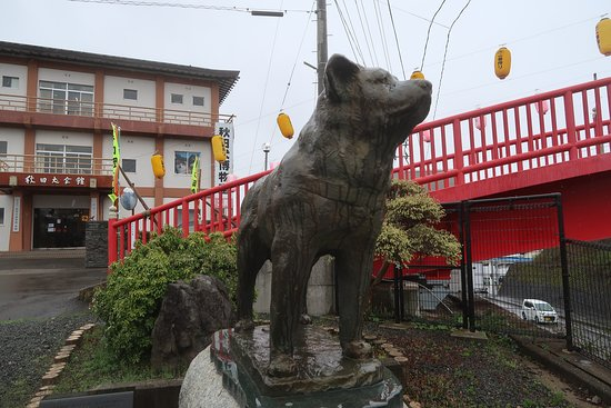 There's more than a few Hachiko statues in Odate, and this is just one of them! The museum is the building behind.