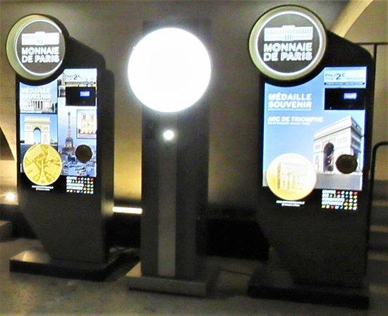 قوس النصر (باريس): Souvenir coin dispensing machine in the Arc de Triomphe.