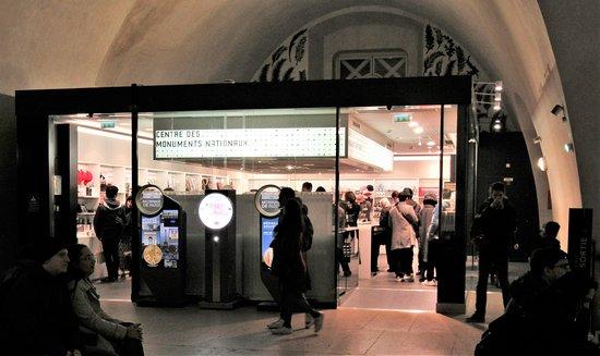 قوس النصر (باريس): Entrance to gift shop at top of Arc de Triomphe.