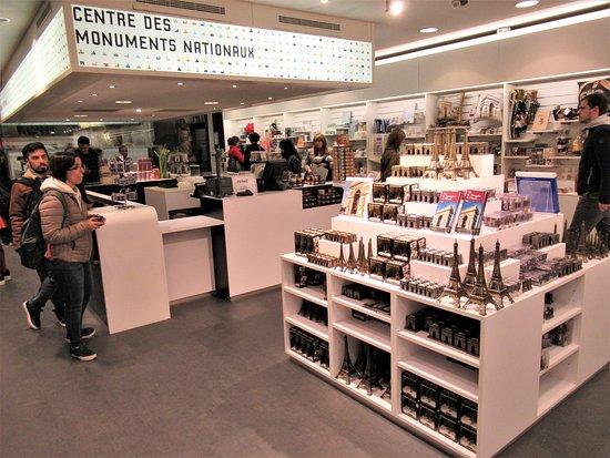 قوس النصر (باريس): Inside the gift shop at the top of the Arc de Triomphe.