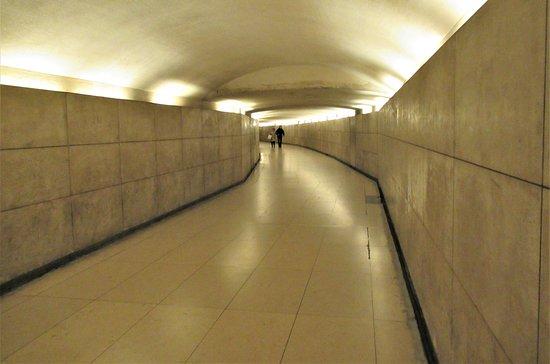 قوس النصر (باريس): Underpass from the Champs-Elysees to the Arc de Triomphe.