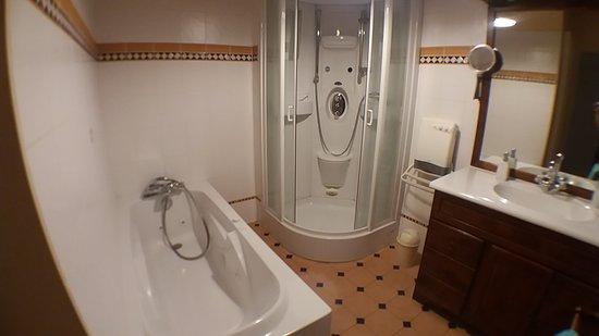Cousance, ฝรั่งเศส: Salle de bain 1er étage