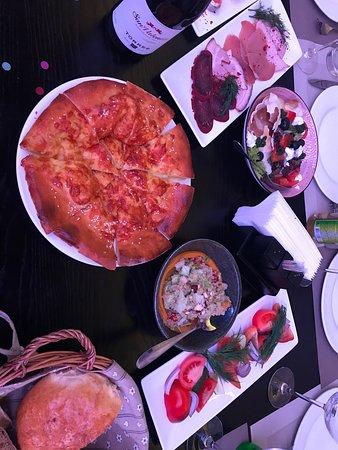 хачапури, салат с киноа, греческий