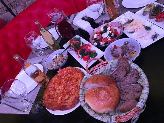 Mani Restaurant & Bar: стол