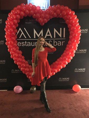 Mani Restaurant & Bar: при входе (декор, оставшийся с 14 февраля)