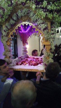 Pera Triovasalos, กรีซ: Μεγαλη Παρασκευη βραδυ στον Ιερό Ναο Αγιου Γεωργιου περιφορά του επιταφίου κορύφωση των παθών του Χριστου.
