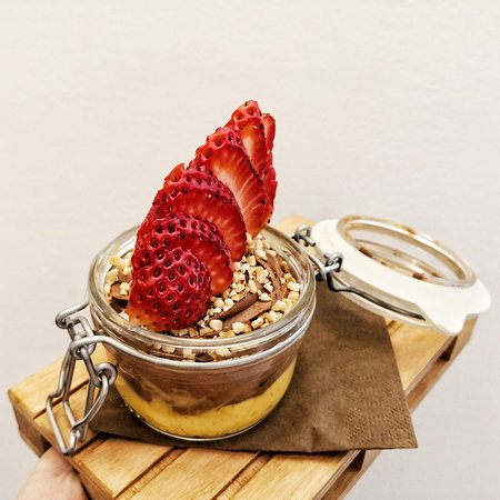 barattolino bi-gusto: crema pasticcera alla vaniglia e crema al cioccolato al latte con fragole fresche e granella di nocciole