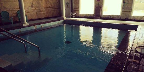 Vatten från en varm källa, men skitig omgivning, tror aldrig poolens väggar blivit rengjorda.