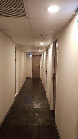 Single Inn Kaohsiung Station: Clean corridor