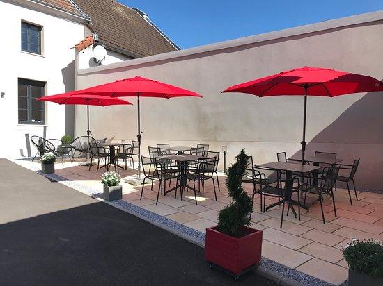 Sacy, ฝรั่งเศส: Terrace in full sun