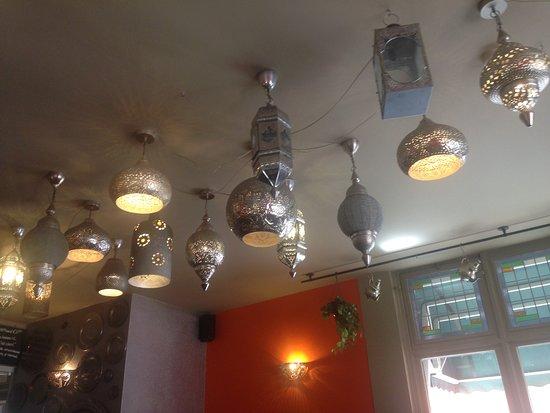 Veel decoratie aan de wanden en het plafond