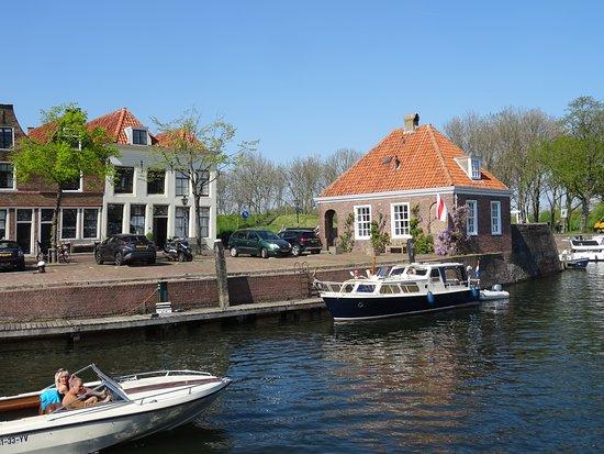 Poortwachtershuisje uit de 18de eeuw aan de haven van Brielle;Maarland; de Middeleeuwse naam van 1 van de 2 dorpen die later Den Briel werden