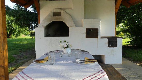 Tiszacsege, Hongarije: Thatched grill and cooking place in the garden