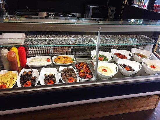 In der Theke sehen Sie unsere frischen und hausgemachten Speisen. Hier ist für jeden etwas dabei!