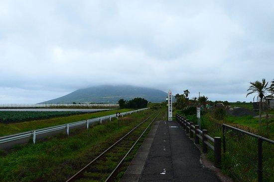 JR Southernmost Nishioyama Station: ホームの端には『日本最南端の駅』の碑があり、その先には美しい開聞岳があります。晴れていれば開聞岳の姿がとても素晴らしい場所なんですが、訪問日は雲が掛かってしまい残念ながら見れませんでした。