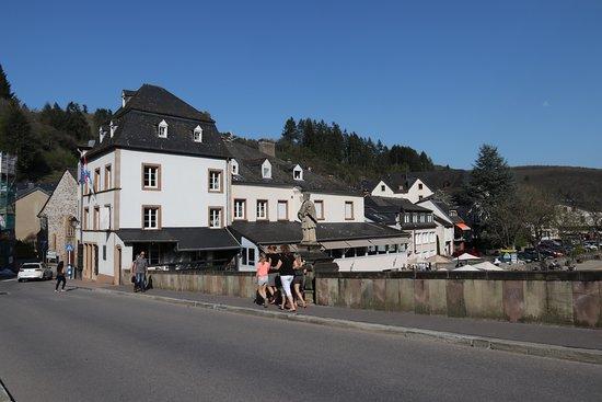 Hotel von der Brücke aus.