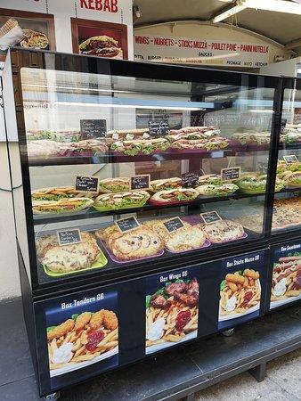 Vitrine du Minut'Chaud Calvi - Sandwichs Maisons - Pizzas Boulangères - Tartines - Burgers - Tacos - Frites - Boxs - Dunnets