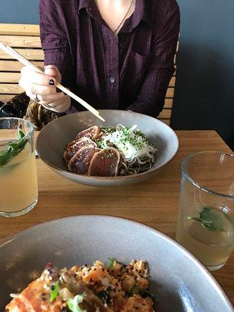 Tuna Tataki mit Soba Nudeln, Daikon Rettich und Frühlingslauch. Dazu eine Homemade Ginger-Lemonade.