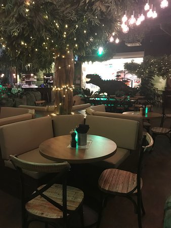 T-Rex Restaurant: Nice seating area below a lighted tree