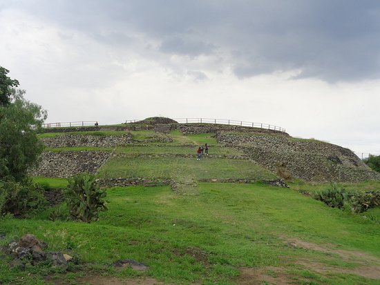 Cuicuilco: Looking up to the pyramid