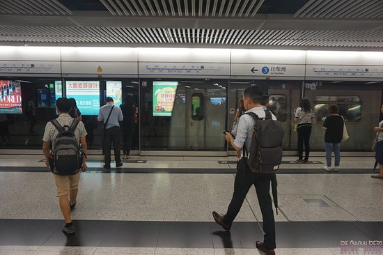MTR: 센트럴 역에 진입하는 항도선 차이완행 열차