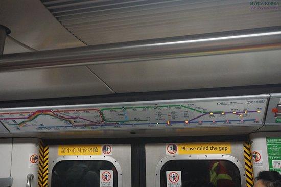 MTR: 항도선 열차가 노스포인트 역에 진입할 때 정관오우 선에 불이 켜지고 있다. 실제 과거의 쿼리베이 역은 해저터널로 인한 대면환승 설계가 불가능한 상태로 이에 따라 환승에 어려움이 발생하면서 노스포인트까지 연장하여 환승 편의를 제공하게 되었다.