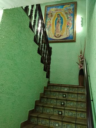 l'escalier qui mène aux chambres.