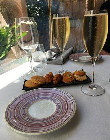 La P'tite Cour: excellent champagne avec une mise en bouche.