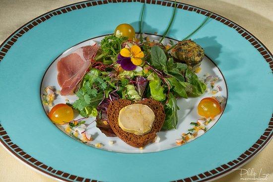 """Le Petit Gargantua : Salade du Château de Mezel """"du moment"""" avec Toast de Pain d'épices au Foie Gras, Pounti Cantalou et Jambon de Pays"""