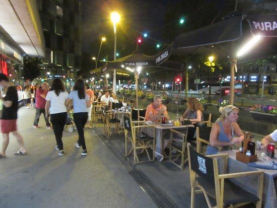 Pura Brasa Arenas: Outside seating still busy