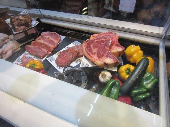 Pura Brasa Arenas: Meat display