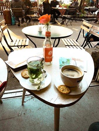 Pony Bar: Kaffee und frischer Pfefferminztee mit Haferplätzchen