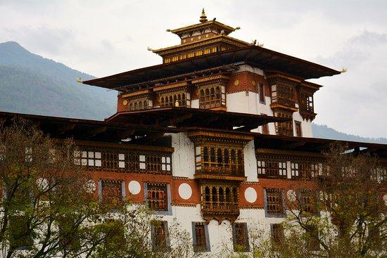 Punakha Dzong: Dzong from the bridge