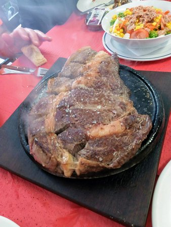 Serdio, Espanha: Chuletón a la piedra (1,5 kgs la pieza) y ensalada.