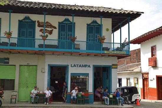 J'adore ces maisons avec leur balcon coloré