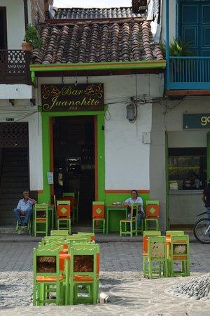 Les chaises sont peintes et décorées d'oiseaux de la région